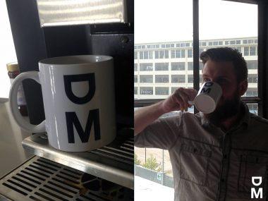 De koffie smaakt extra lekker uit zo'n mooie DevelopMen-mok!